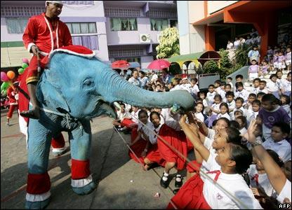 Blue_elephant_santa